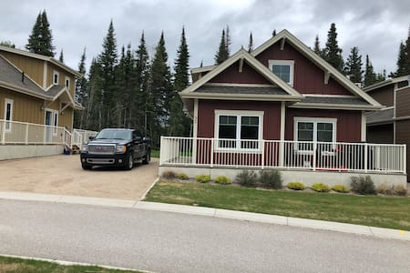 Beautiful Elk ridge cottage close to waskesiu
