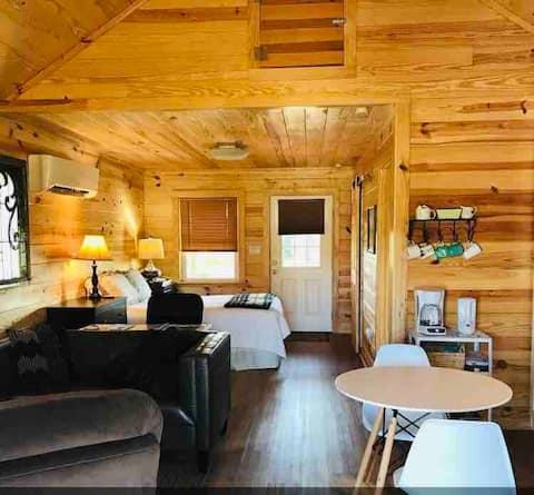 Beautiful Farm Cabin, Safe, Clean, Outdoor Areas