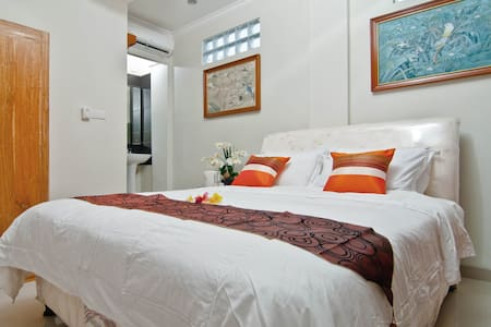 A green guesthouse in downtown - Kuta - House