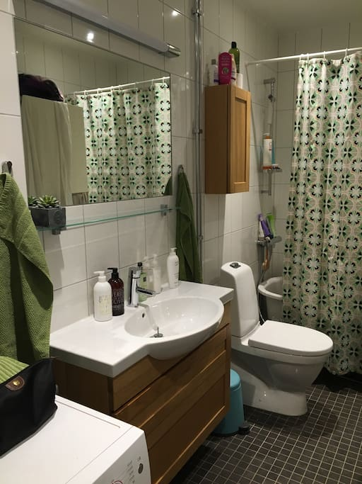 Stort badrum med badkar.