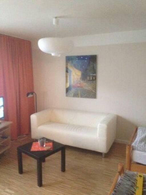 Wohnecke mit TV und Kompaktanlage