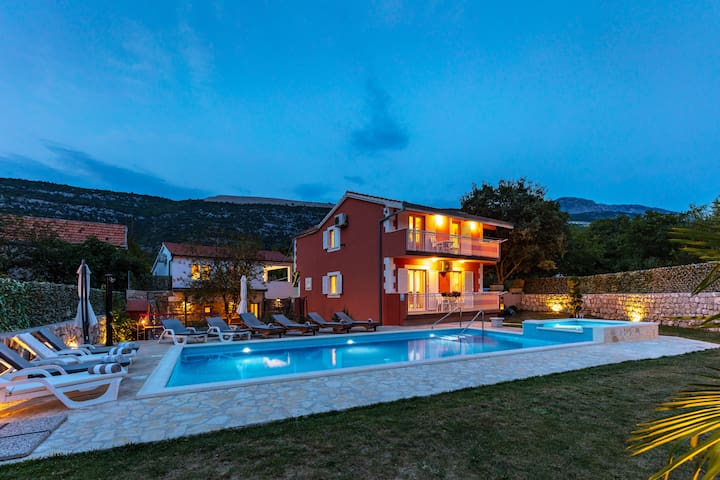 Luxury Private Villa with heated pool,playground..