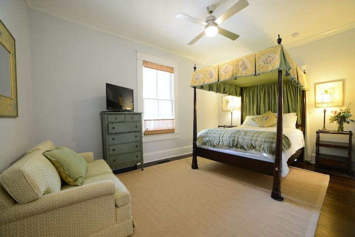Adorable private room in Candler Park Bungalow
