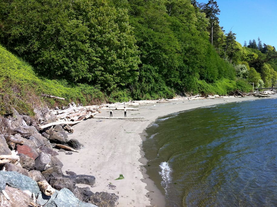 Private sandy beach a short drive or 10 minute walk away. Boat ramp, parking and kayak available.