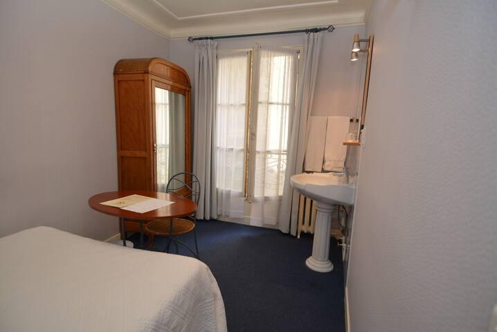 Chambre d'hôtel avec lavabo dans le quartier latin