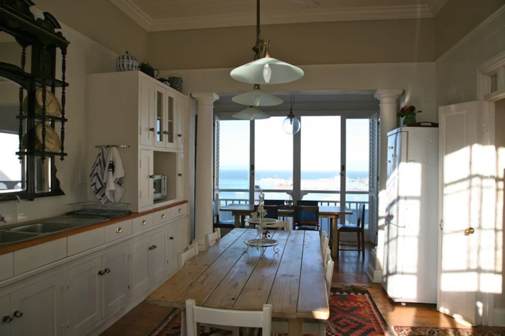 Fully equipped kitchen, dining room with view of the sea.
