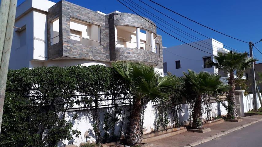 Villa de 300 m2 avec piscine en bord de mer