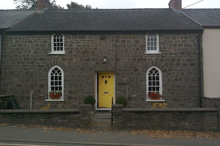 Narberth, Pembs. Double bed in character cottage - Narberth