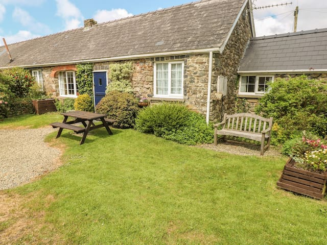 EYNONS COTTAGE, pet friendly, with a garden in Roch, Ref 4233
