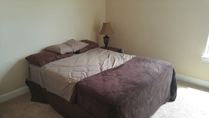 Queen bed and bath - Grovetown