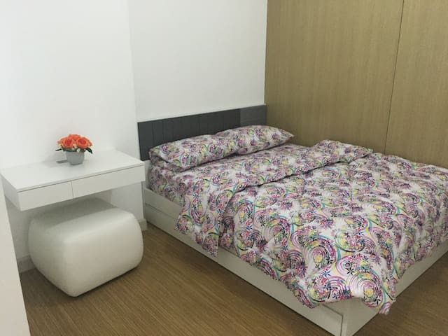Brand new queen size bed, 4 pillows, with smart TV and wifi