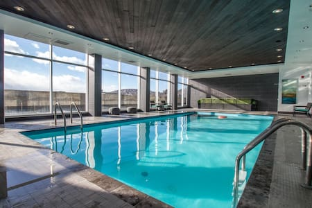 17th Floor Downtown Condo with Pool, Parking & Gym - Montréal