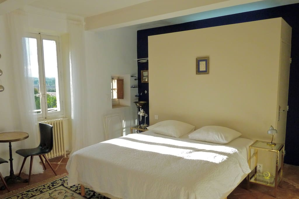 Room A l'Est; double room with view on the Parc and morningsun. Private bathroom