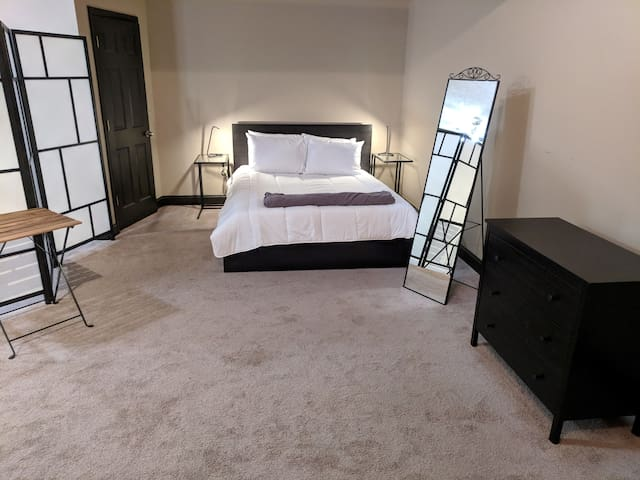Large Studio Steps from Capital & Conv. Center!