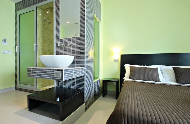 STANDARD DOUBLE ROOM OR SINGLE USE