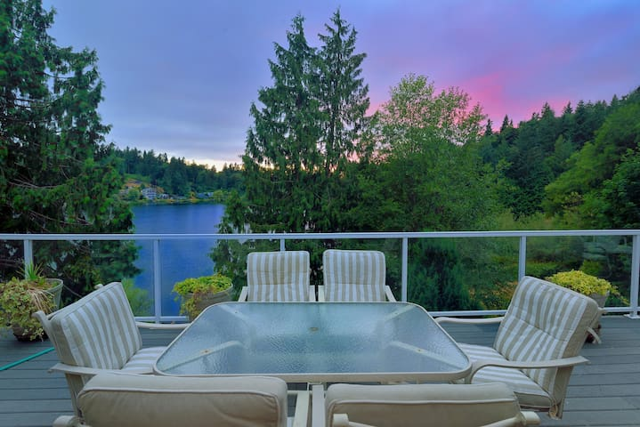 The Lake House: Hot Tub, Private Dock, Grill