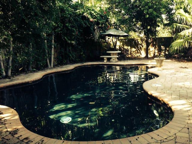 Tropical Miami Bungalow with Pool - Miami - Huis