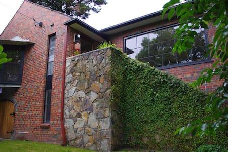 Nature at your doorstep 15k to CBD Melb - Eaglemont - House