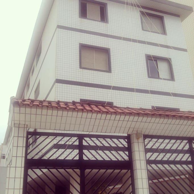 Prédio pequeno, apartamento no 1° andar.