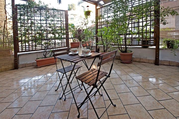 Charming Terrace Flat with Veranda, 15 min Centre