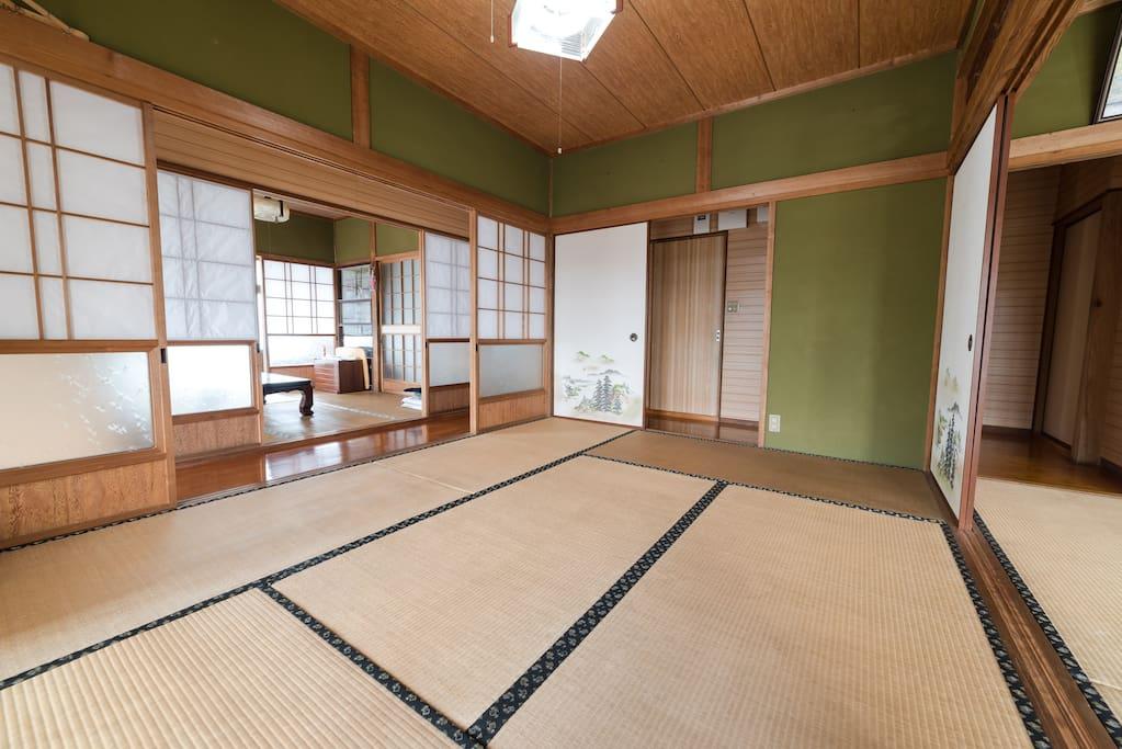 畳の部屋①(布団敷きはセルフになります)。ふとん4〜6枚敷けます