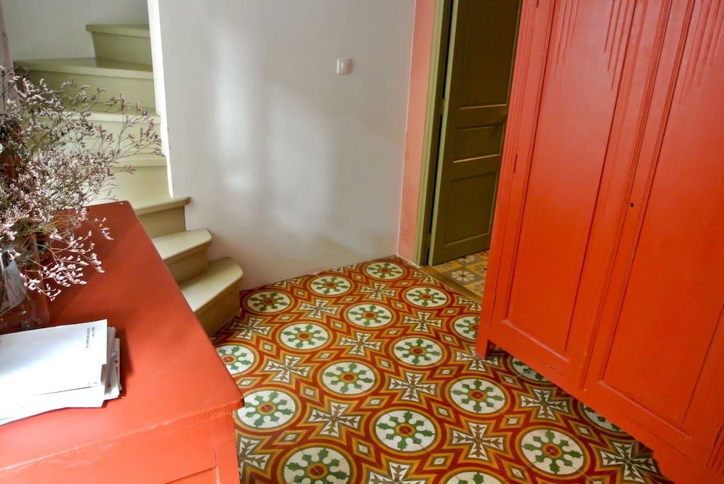 L'entrée et les carreaux de ciments colorés.