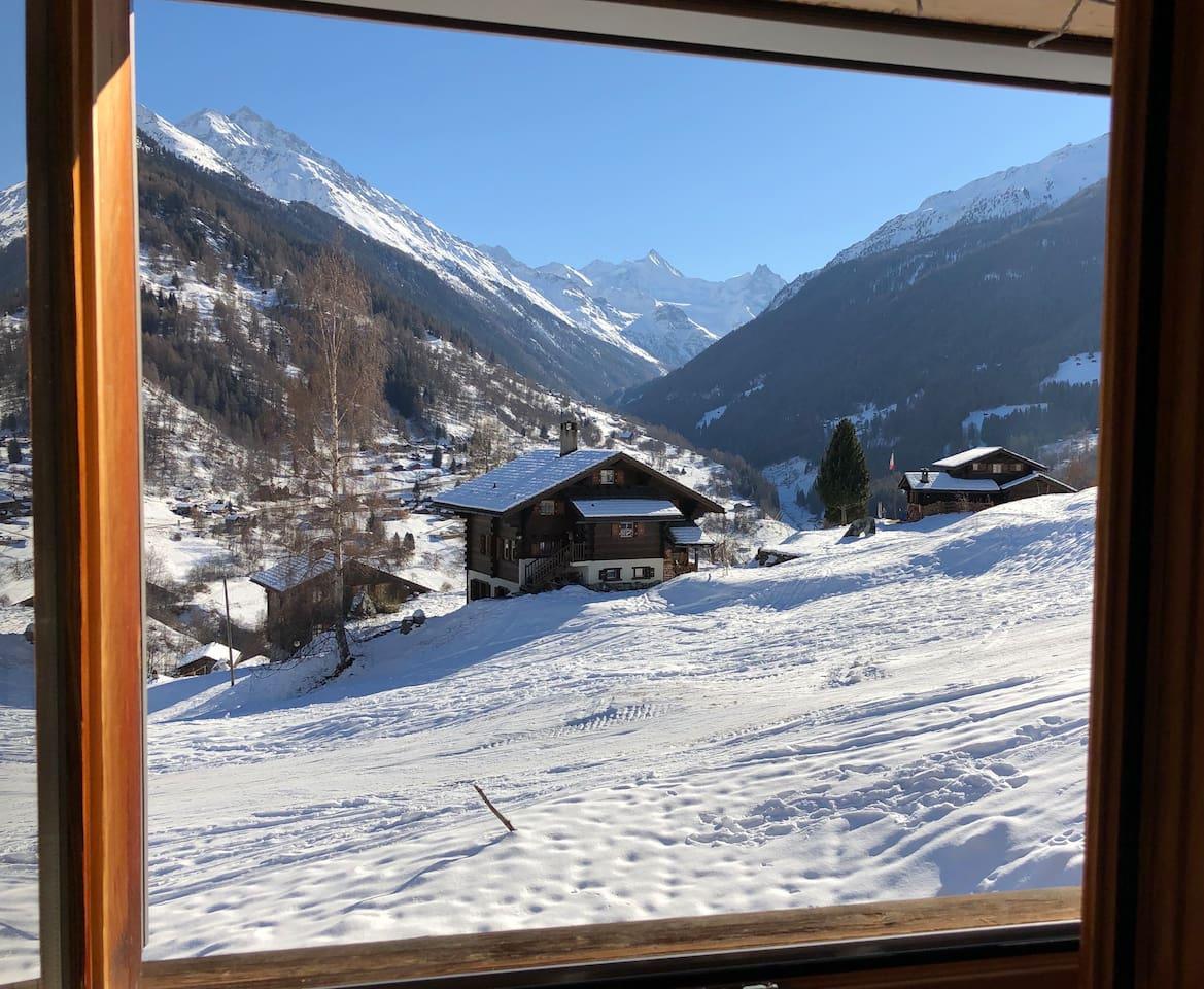 Vue de la salle à manger, les 4'000 en fond de vallée, au premier plan la piste qui descend de Grimentz. Ski in ski out.