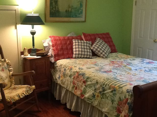 Vintage Feel with Dormer Window - Rock Hill - Bed & Breakfast