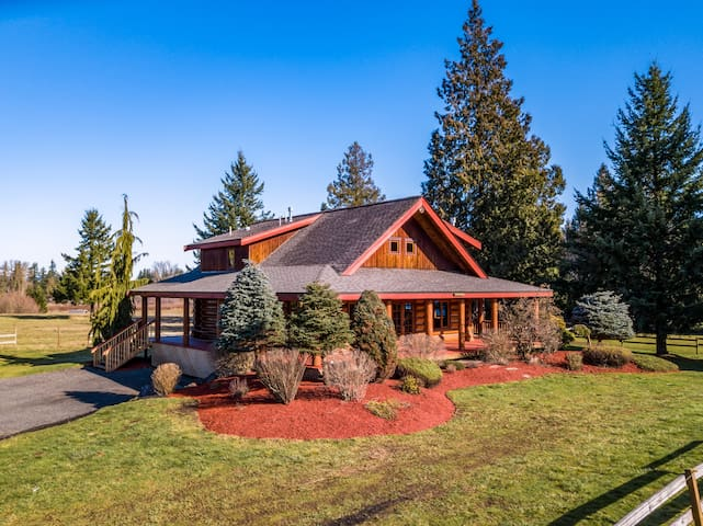 Majestic Real Log Home- Close to everything!
