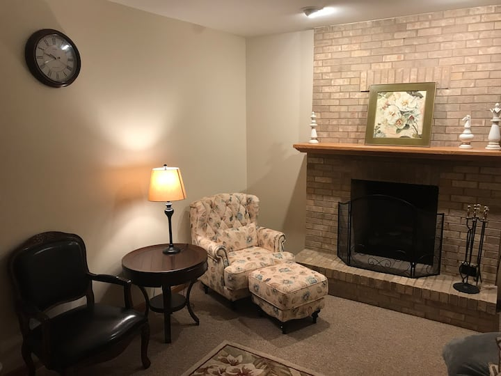 Entire Basement Cozy and Spacious 1B1B near O'hare