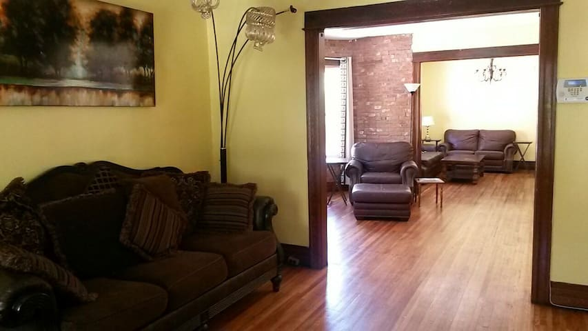 Private room / balcony in charming apt near metro - Buffalo