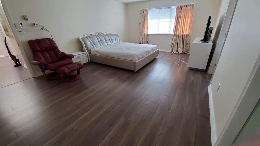 Master Bedroom Ensuite in a HUGE HOUSE! BEST ROOM!