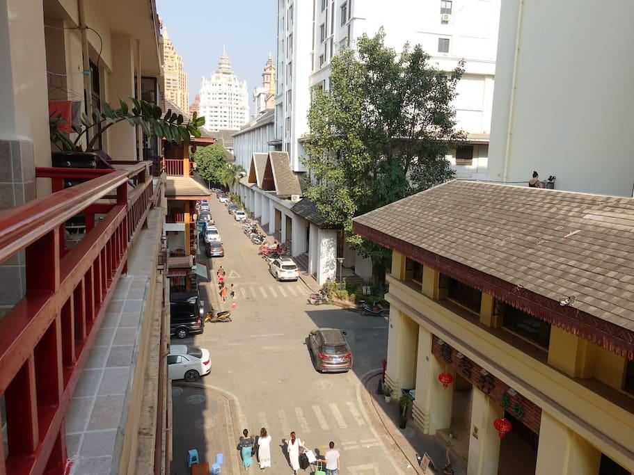 阳台景观,四层板楼近观白塔绿树,附近吃喝出行一应俱全,虽临街但无大人流量的酒吧或餐厅,白天不吵闹,夜晚清晨非常安静