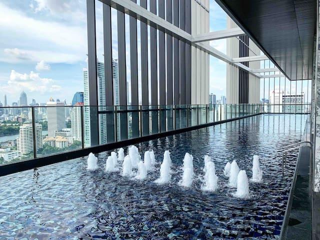 曼谷CBD豪华公寓带阳台,50楼顶层无边网红泳池俯瞰曼谷全景.sky pool~