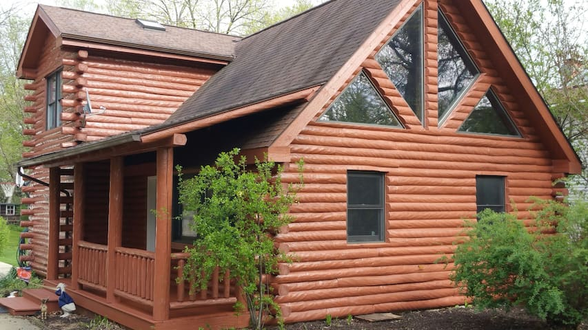 Unique, Cozy Northwoods log cabin - Wheaton