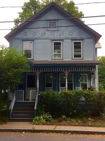 Just steps from the Bridge of Flowers - Shelburne Falls - Casa