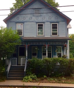 Just steps from the Bridge of Flowers - Shelburne Falls - Huis
