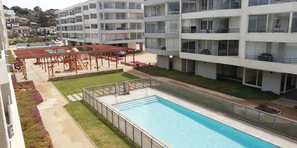Puedes ver a tus hijos en la piscina desde el departamento