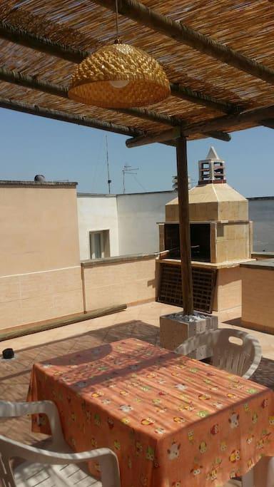 terrazzo con tettoia e barbecue