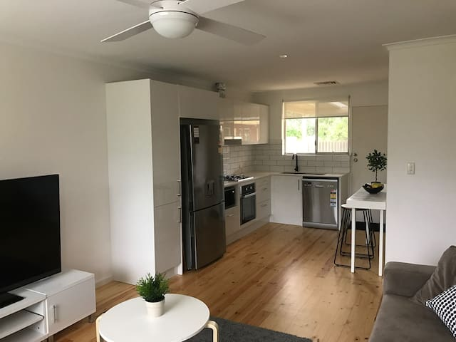 Newly renovated unit in a sought after location! - Daw Park - Apartament