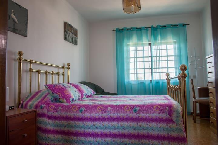 Quarto 2 - 1º piso com TV e casa de banho privativa