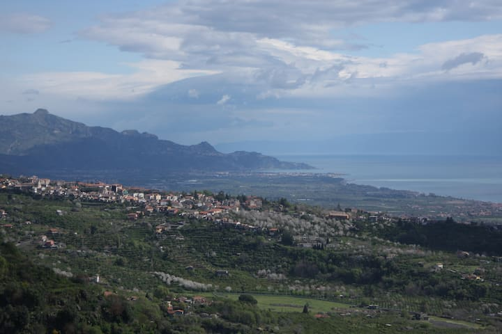 Panorama sulla costa orientale e Taormina Panorama on Eastern coast and Taormina