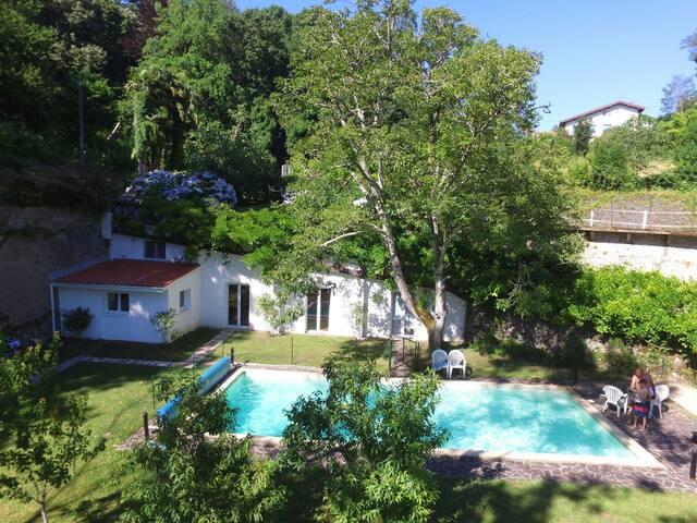 Pool house dans un jardin fleuri 2