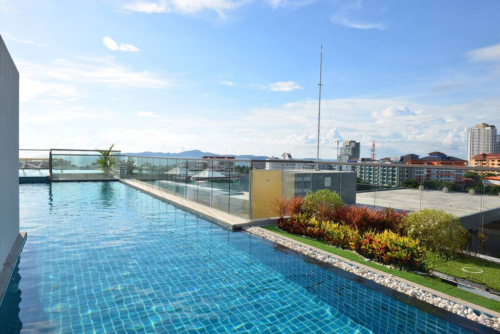 Swimming pool in the top with see view of Jontien beach.
