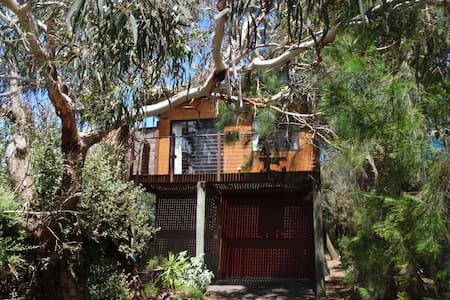 Private tree house, short walk to beach