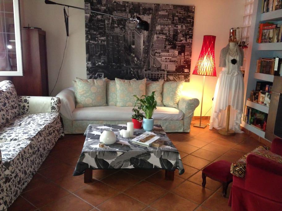 Ευρύχωρο,ηλιόλουστο σαλόνι με τζάκι και μοντέρνα, φιλική διακόσμηση.