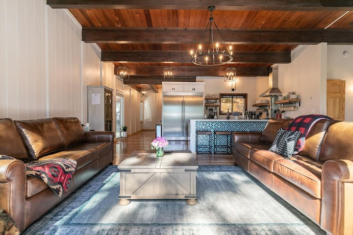 HIGH END Luxury Cabin w/ Chef's Kitchen, Game Room &  Hot Tub!