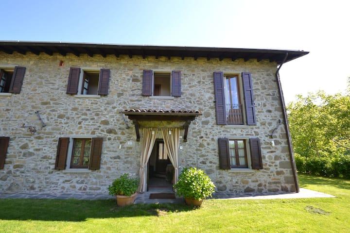 Lovely Farmhouse in Castiglione di Garfagnana with Jacuzzi