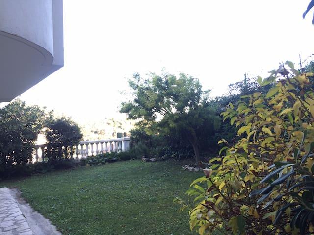 2 pieces au calme, jardin privatif vue mer piscine