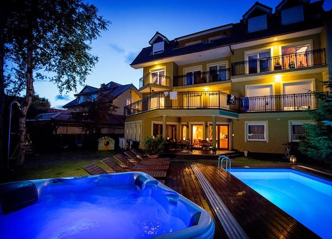 Widok na Villa Verdi Pleasure & SPA oraz basen i jacuzzi